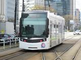富山駅前に到着するT100形