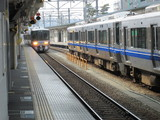 富山駅に進入してくる521系