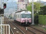 「厨二病」ラッピング車近江神宮前進入中