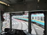急カーブ上で800系電車同士がすれ違う