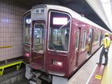 乗客を降ろしてる最中の9300系電車