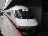 発車待ちの近鉄21000系電車