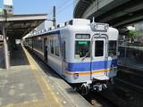 発車待ちの南海2200系電車