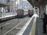 発車する準急電車と到着する普通電車
