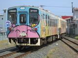 金上駅のポイントを通過する列車