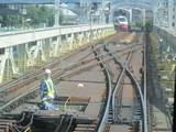 点検中の係員と場外停車中の列車