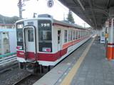 発車する6050系電車