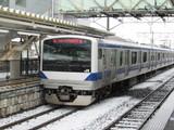 雪の中下館駅を出発するE531系