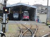検査庫で待機中の電車2両