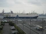 埠頭に止まる自動車運搬船