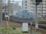 煙を撒き散らし移動する機関車