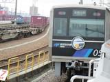 金城ふ頭行電車と入換中の機関車
