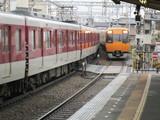 通過する22000系特急電車