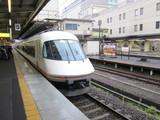 津駅に到着する大阪難波行特急電車