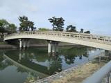 宇治川の中洲から対岸に渡る橋
