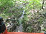 稲荷山から発する小川