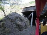 落石覆いに入るトロッコ列車