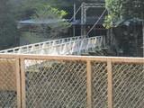 対岸に渡る駅利用者用橋