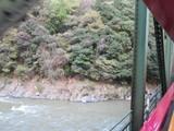 保津峡の鉄橋を渡る