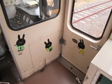 ウサギが散りばめられてる車内