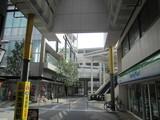 商店街の奥にそびえる京急蒲田駅