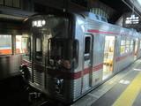 夜の駅で待機中の3500系湯田中行
