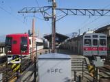 到着する電車と交換待ち電車