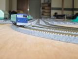 カント区間を通過する貨物新幹線