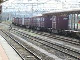 柏崎駅2番線を通過する貨物列車