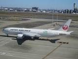 プッシュバックを終えた日本航空777
