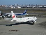 滑走路へ向け移動する日本航空777