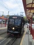 出発ホームに据え付け中の「KURO電車」