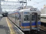 新今宮駅を出発する6000系