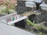 賑やかな城門前の橋