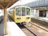 豊郷駅を発車する800系