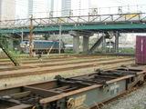 入換中のEF66と本線を走るコンテナ列車