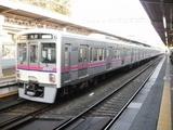 出発した「新宿」行電車